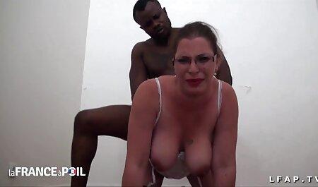 Een lul online gratis porno wordt gepijpt door een jonge brunette en een zwarte in de mond.